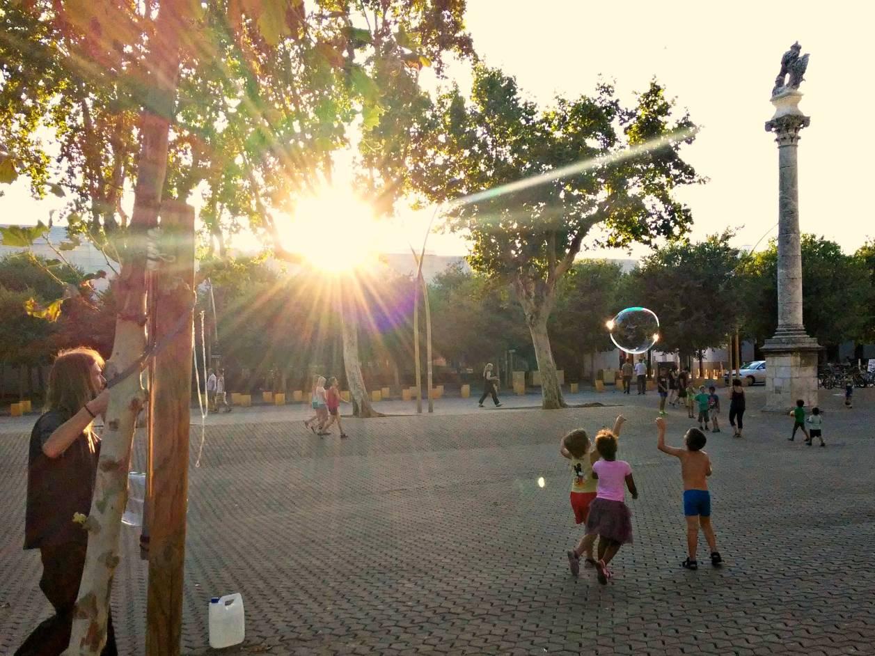 Pompas y vida en la Alameda II. Sevilla, 2015. Foto de móvil ©Flivillegas