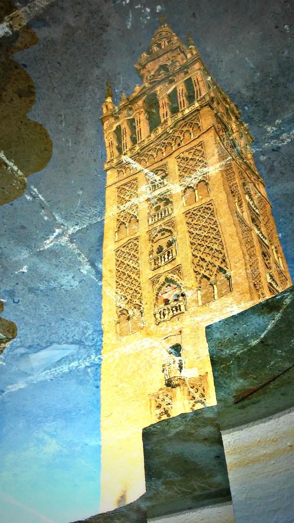 Giralda reflejada en la fuente de la Plaza Virgen de los Reyes