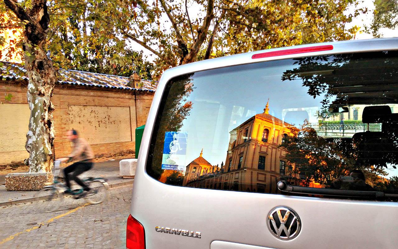 Palacio de San Telmo reflejado en una furgoneta