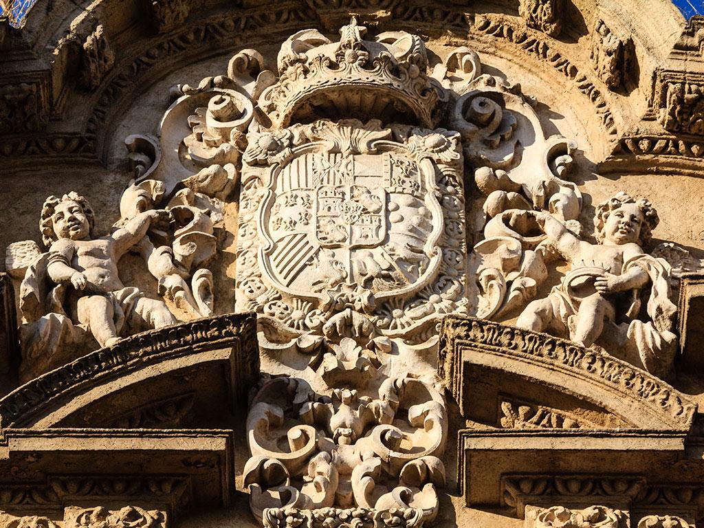 Escudo real de la iglesia de San Luis de los Franceses