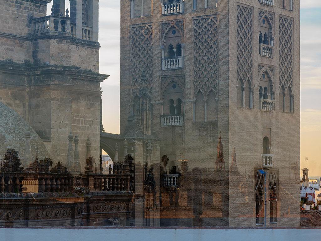 Reflejos de la Plaza de España sobre la Giralda