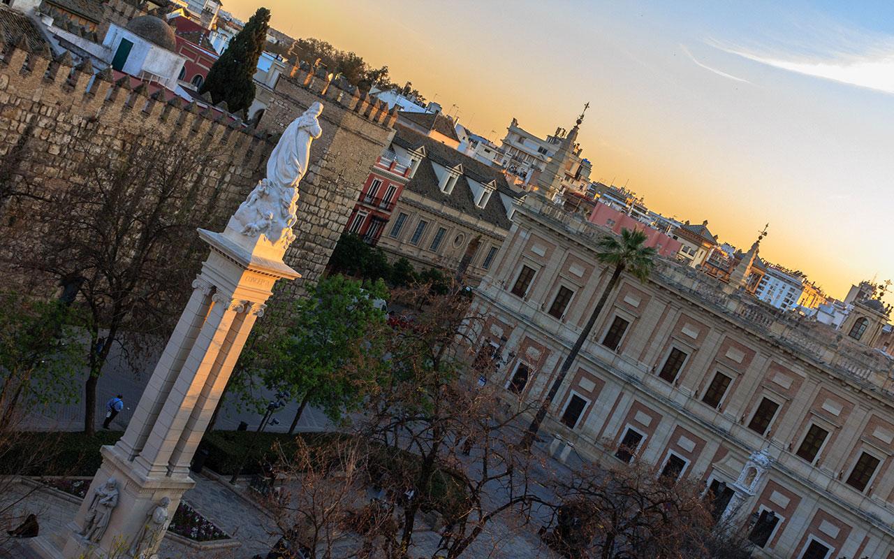 Atardecer en la Plaza del Triunfo con Monumento a la Inmaculada
