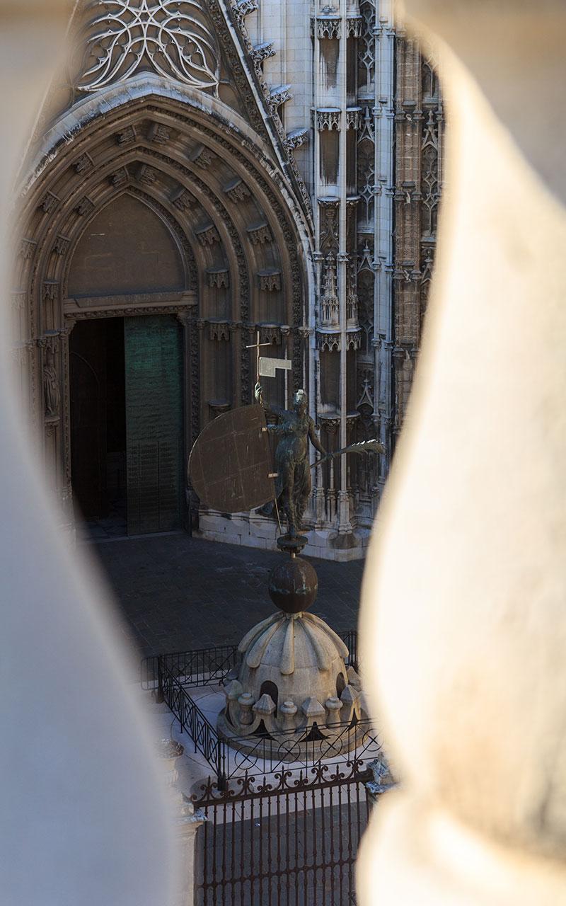 Giraldillo entre barrotes de piedra. Sevilla, 2012 ©Flivillegas