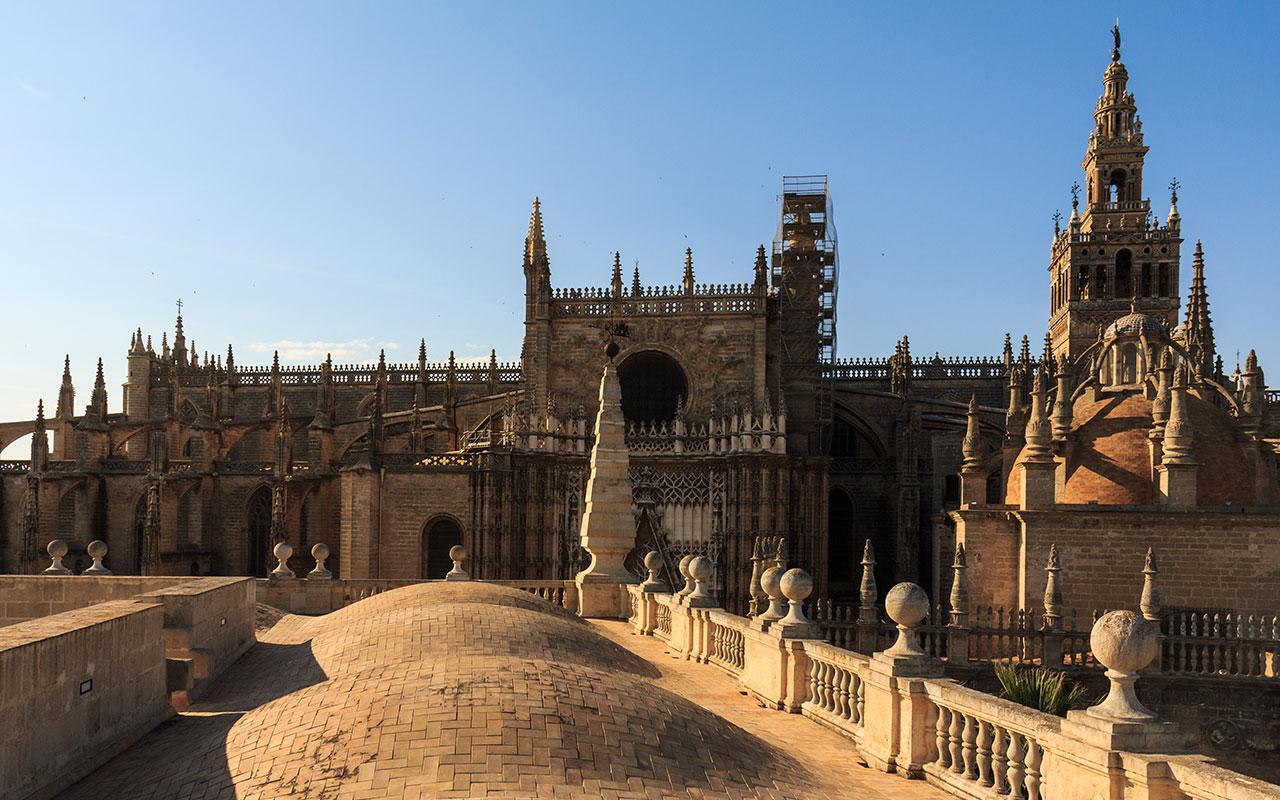 Cubiertas del Archivo de Indias y silueta de la Catedral de Sevilla
