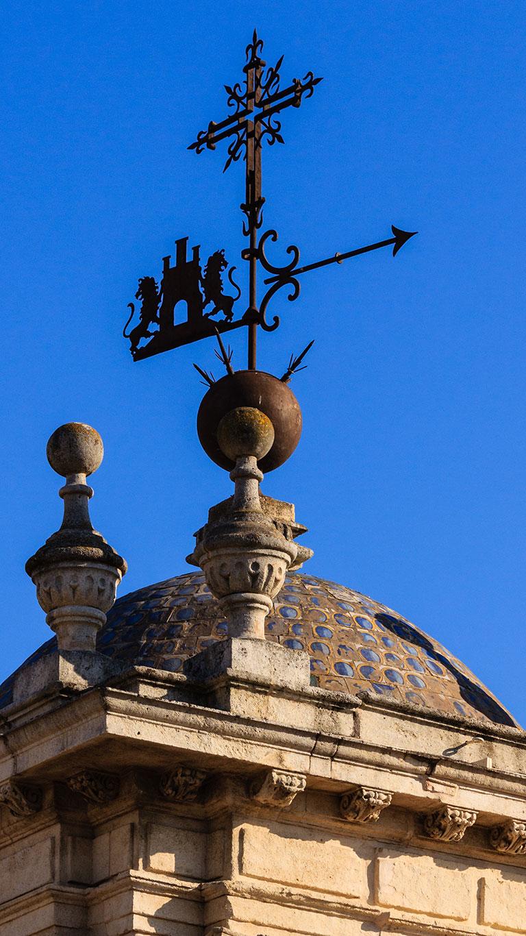 Cruz, flecha y leones al viento. Sevilla, 2012 ©Flivillegas