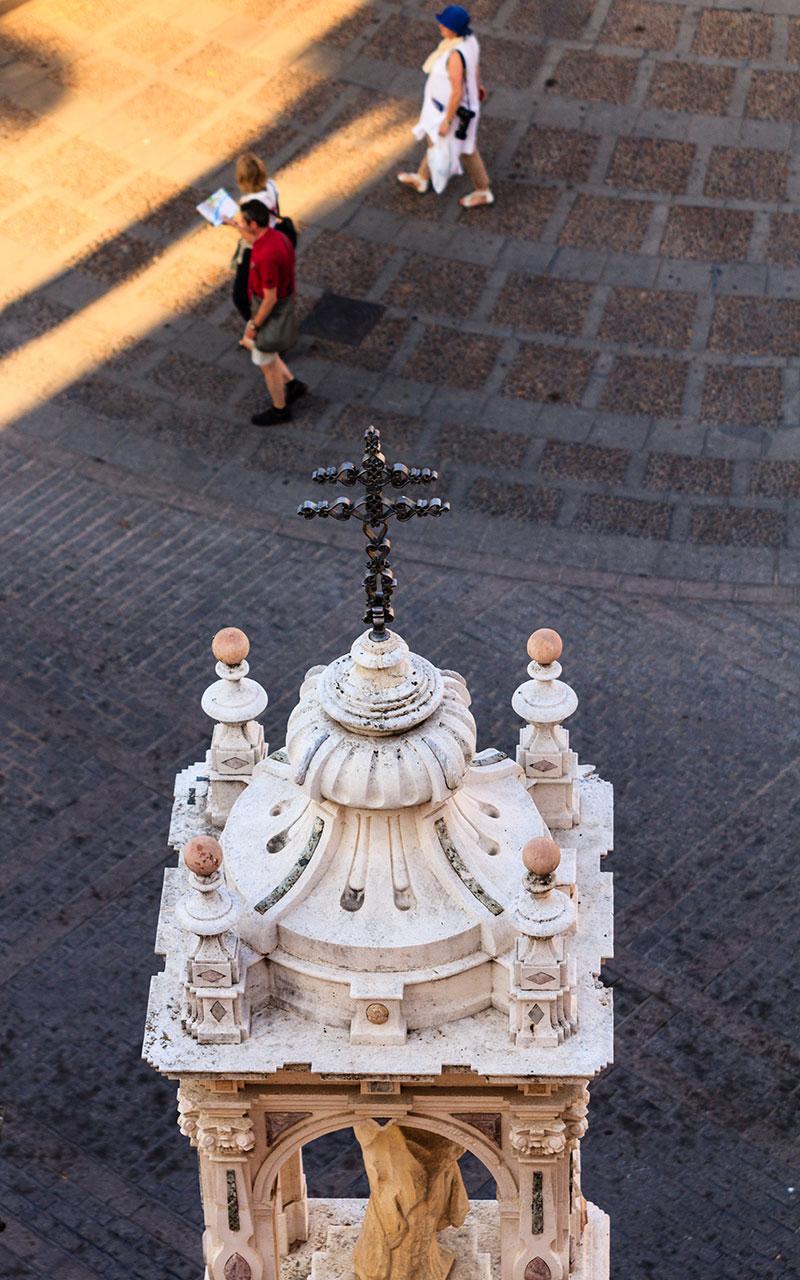 Templete de la Plaza del Triunfo con turistas