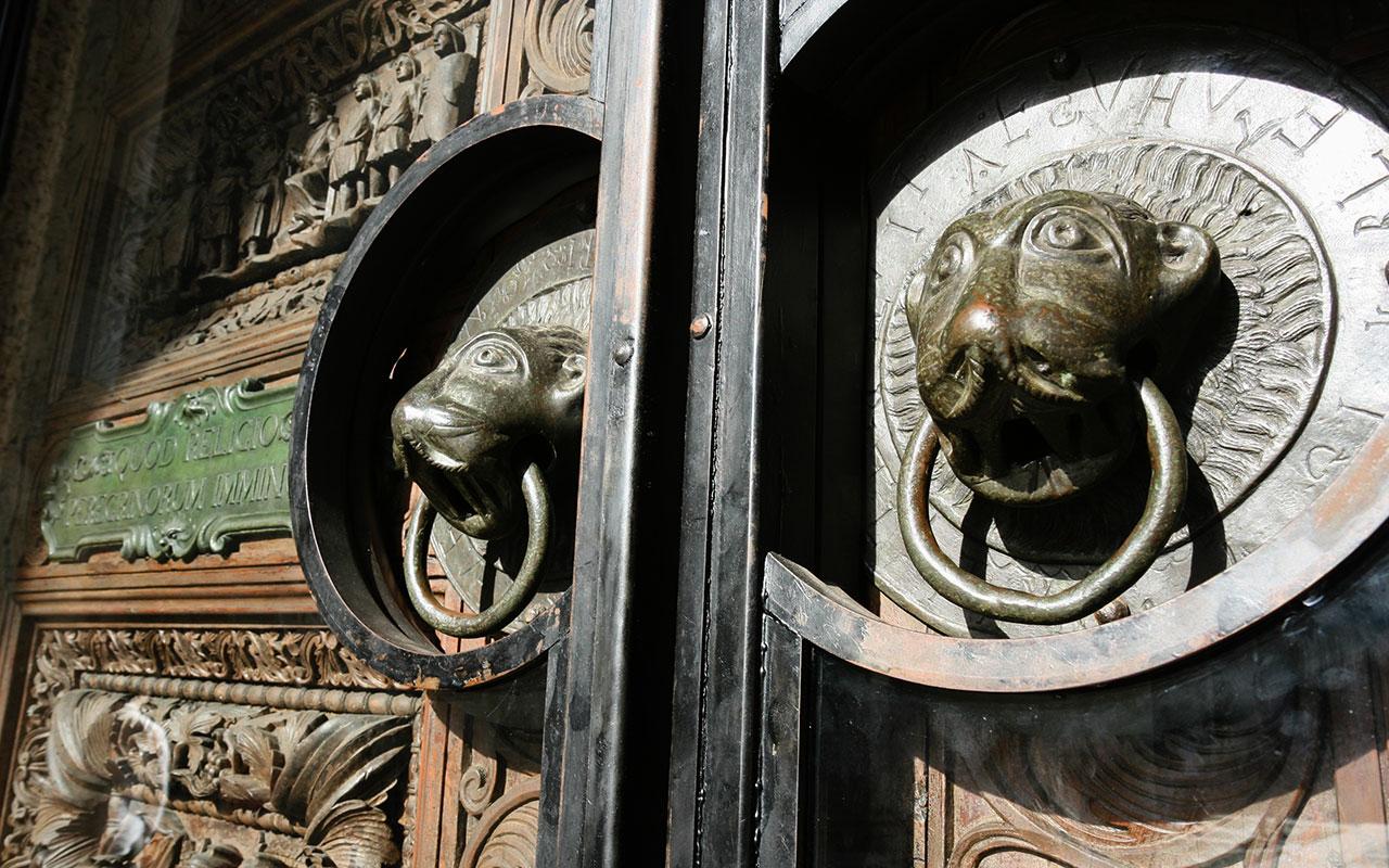 Detalle de una puerta de Milano