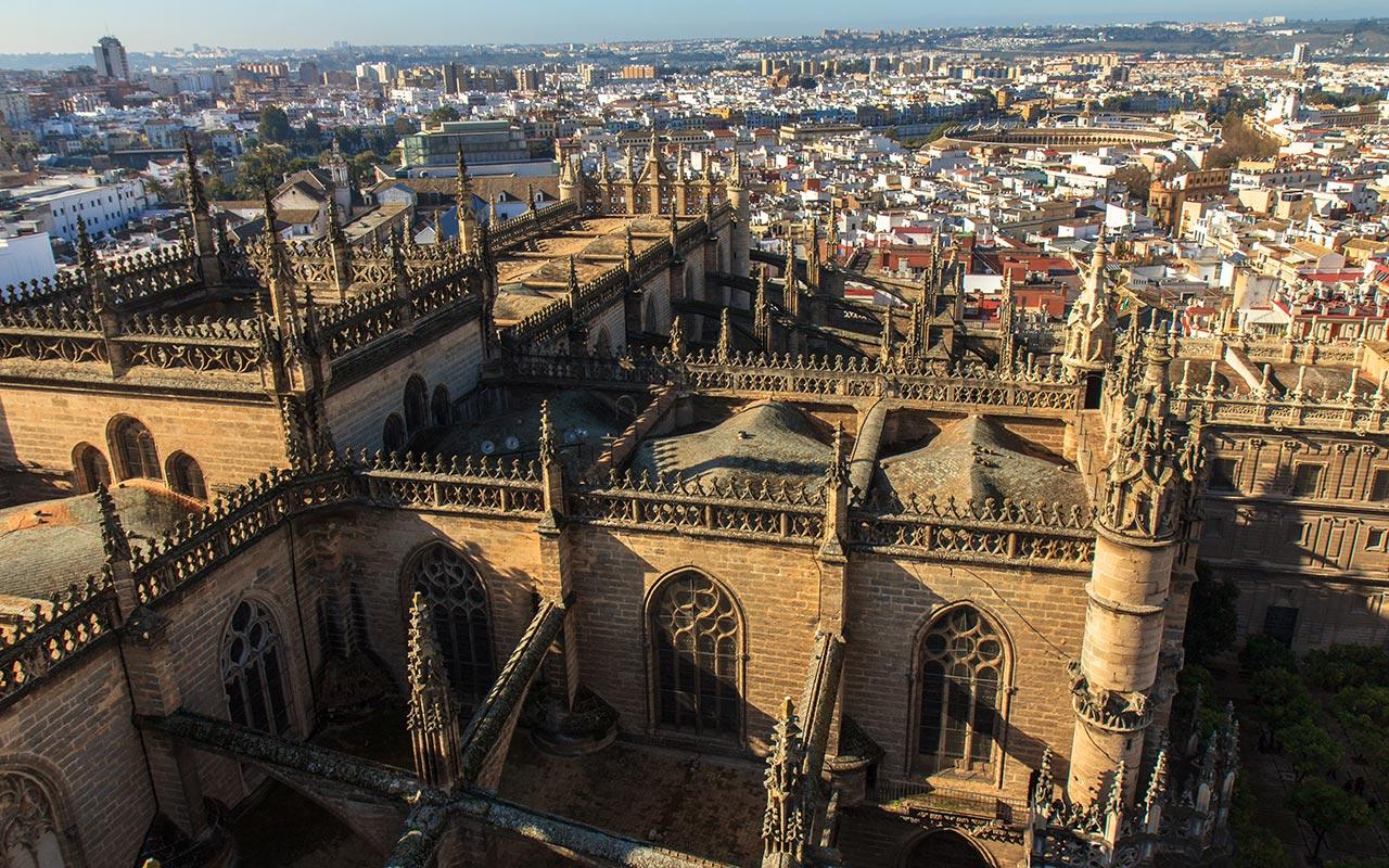 Un mar de pináculos góticos. Sevilla, 2014 ©Flivillegas