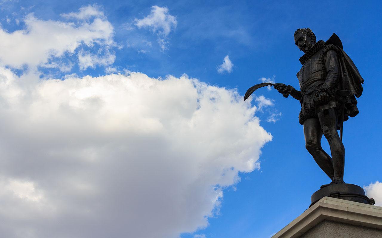 Cervantes y la nube. Alcalá de Henares, 2015 ©Flivillegas