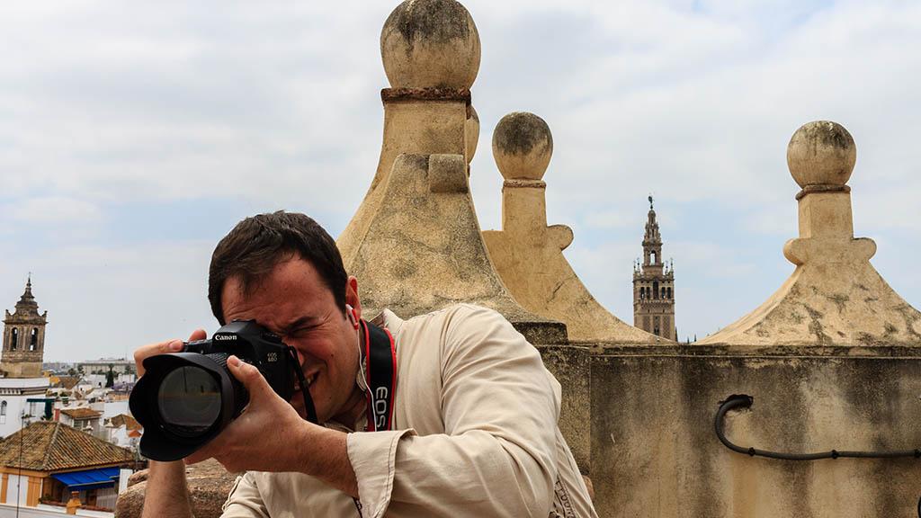 Fotógrafo con Giralda. Sevilla, 2013 ©Flivillegas