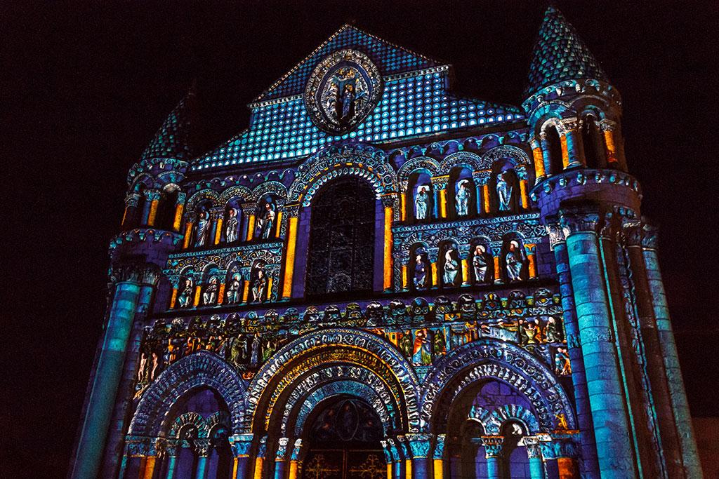 Iglesia de Poitiers iluminada