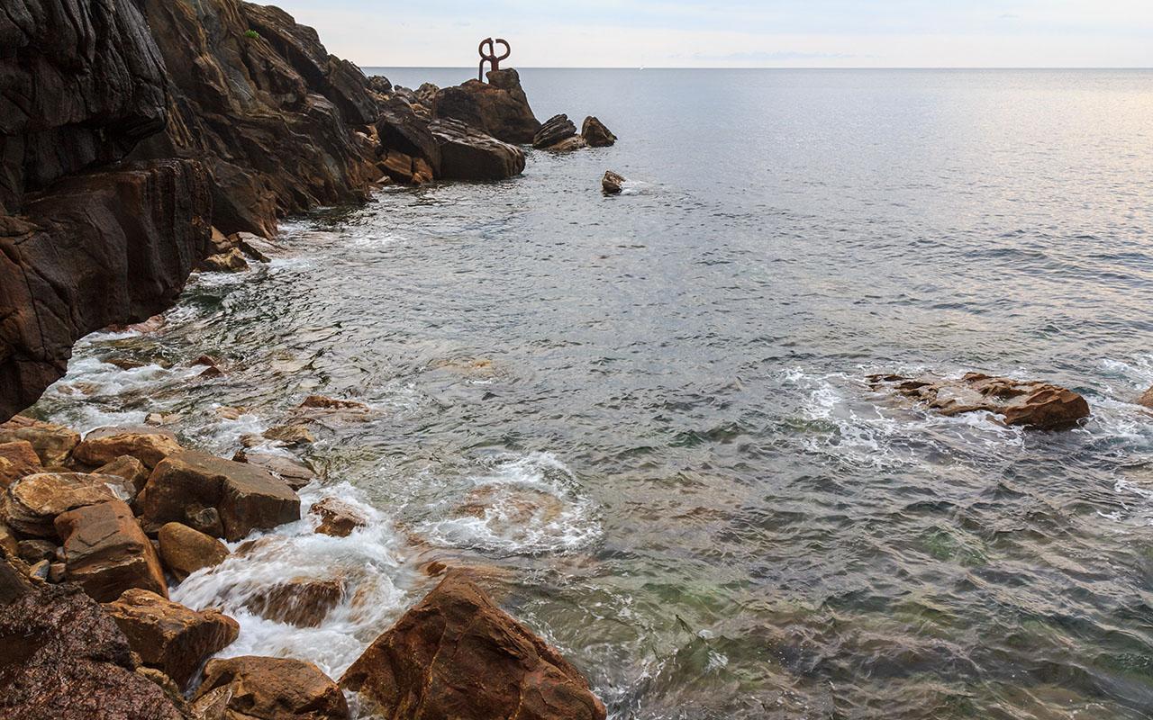 Peine del Viento en la Playa de la Concha de Donostia
