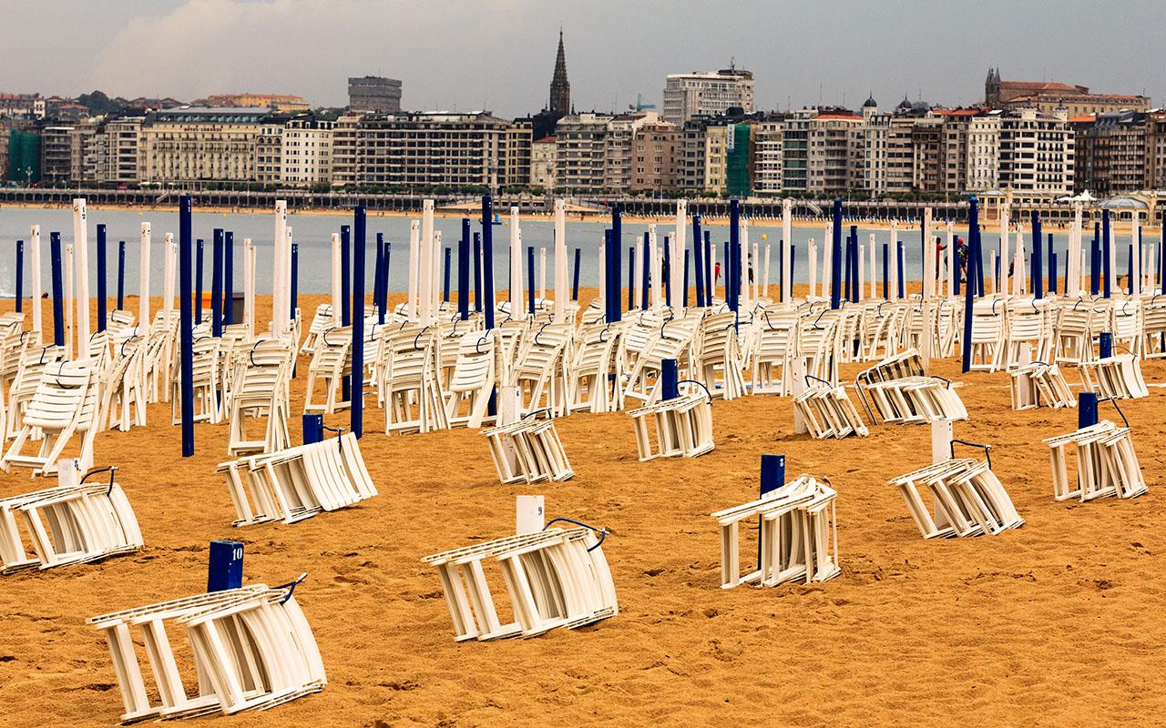 Hamacas plegadas en la Playa de Donostia