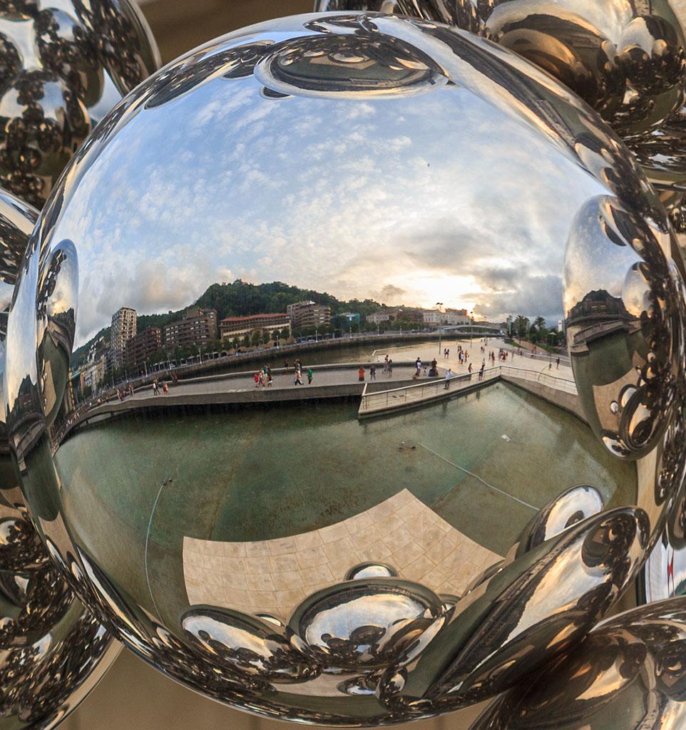 La ría de Bilbao en una de las bolas escultóricas