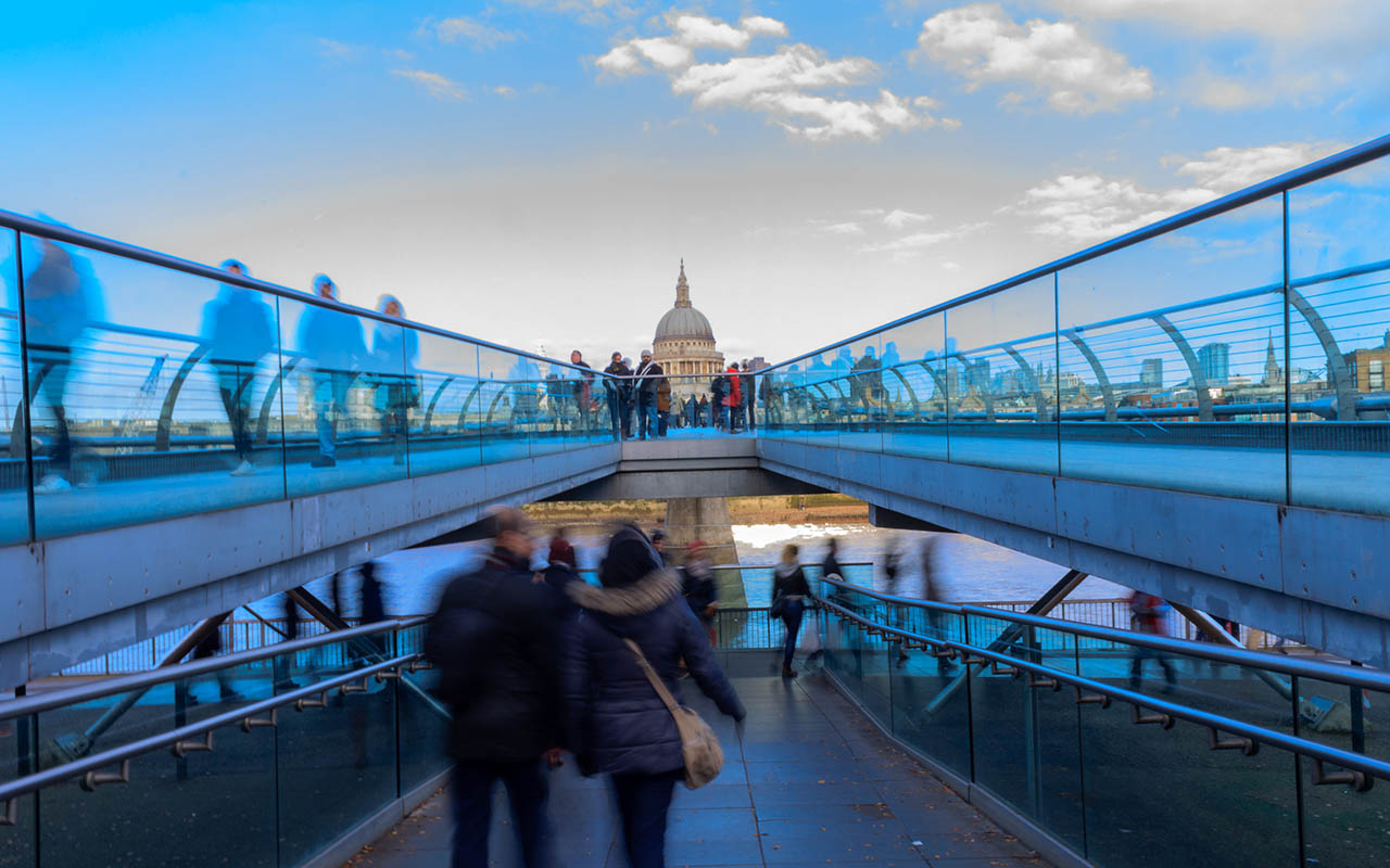 Gente en el Puente de St. Paul