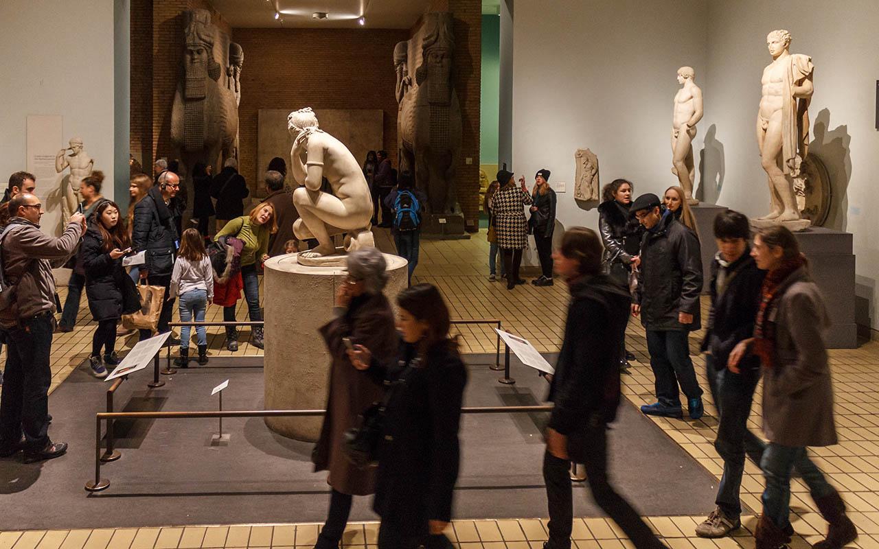 Gente admirando esculturas del British Museum