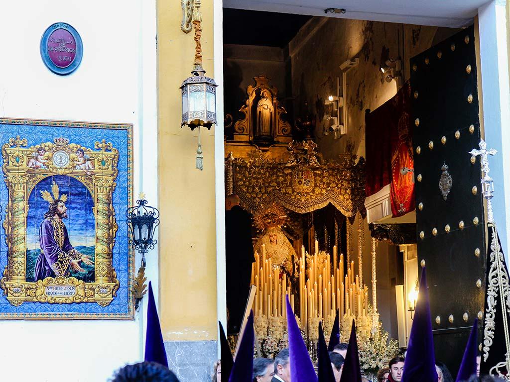 Nazarenos del Cristo de la Sentencia de la Macarena ante Montesión