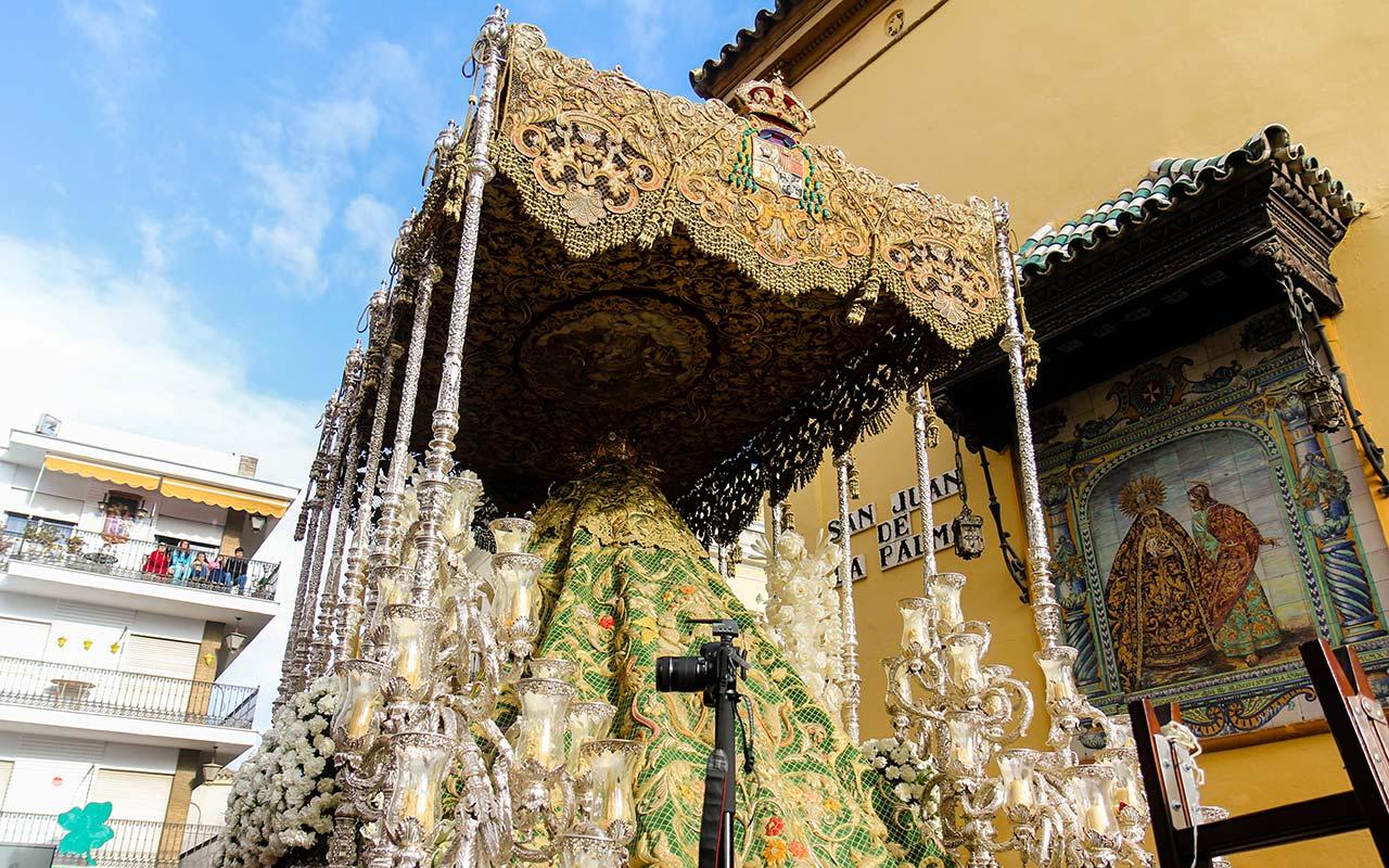 Palio de la Macarena ante el retablo de la Amargura en San Juan de la Palma