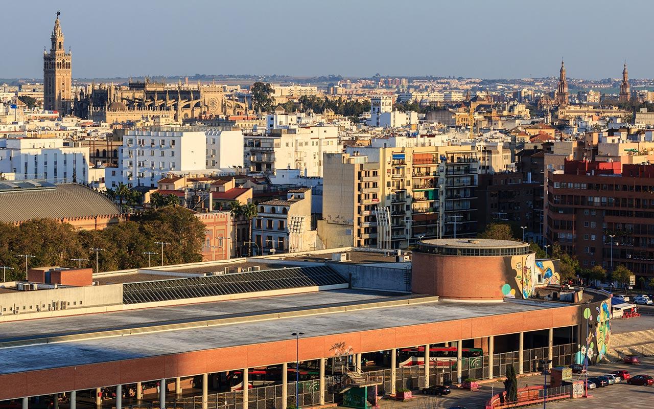 Vista desde la Torre Schindler de la Giralda y las torres de la Plaza de España
