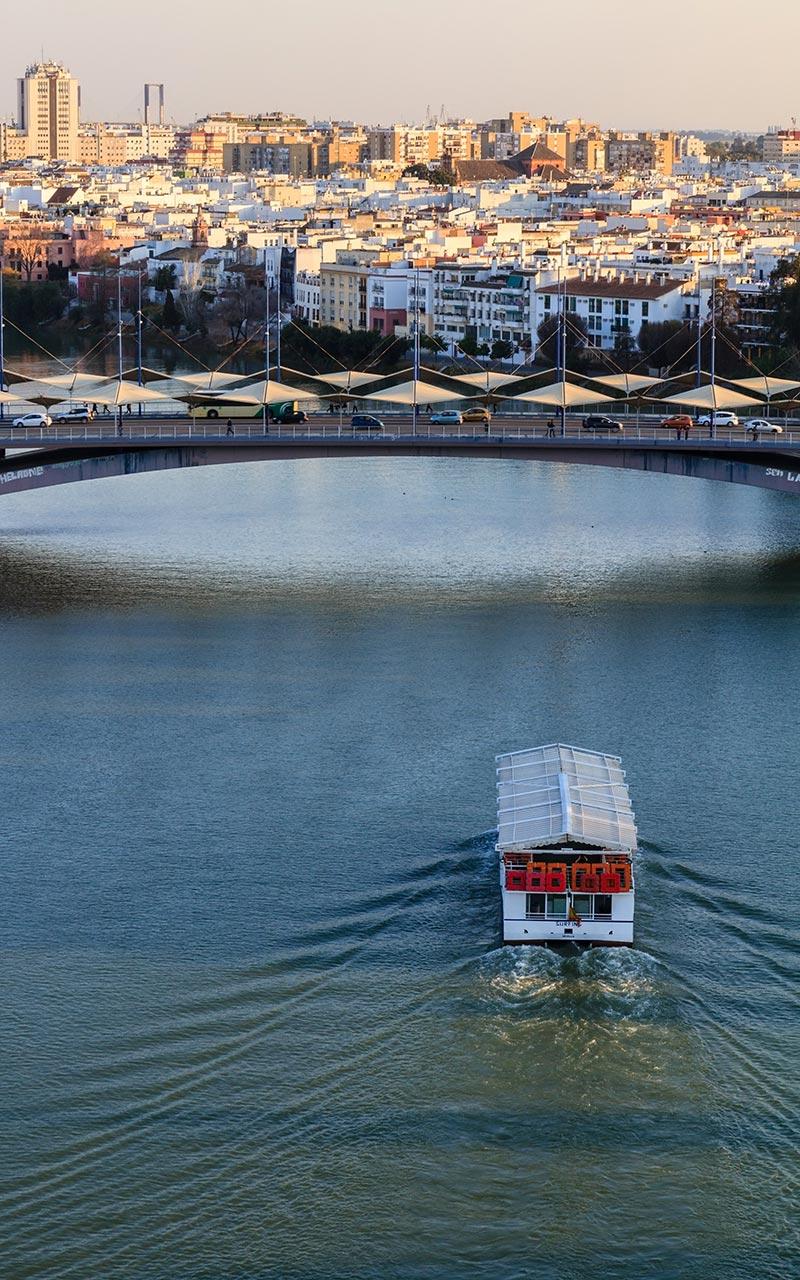 Barco turístico por el río Gualdalquivir desde la Torre Schindler