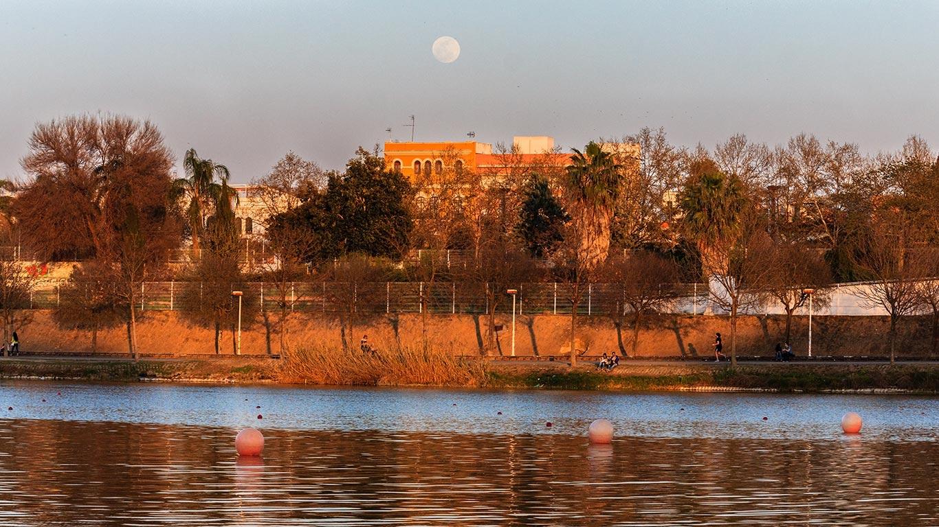 Personas paseando o haciendo deporte por Torneo junto al río Guadalquivir