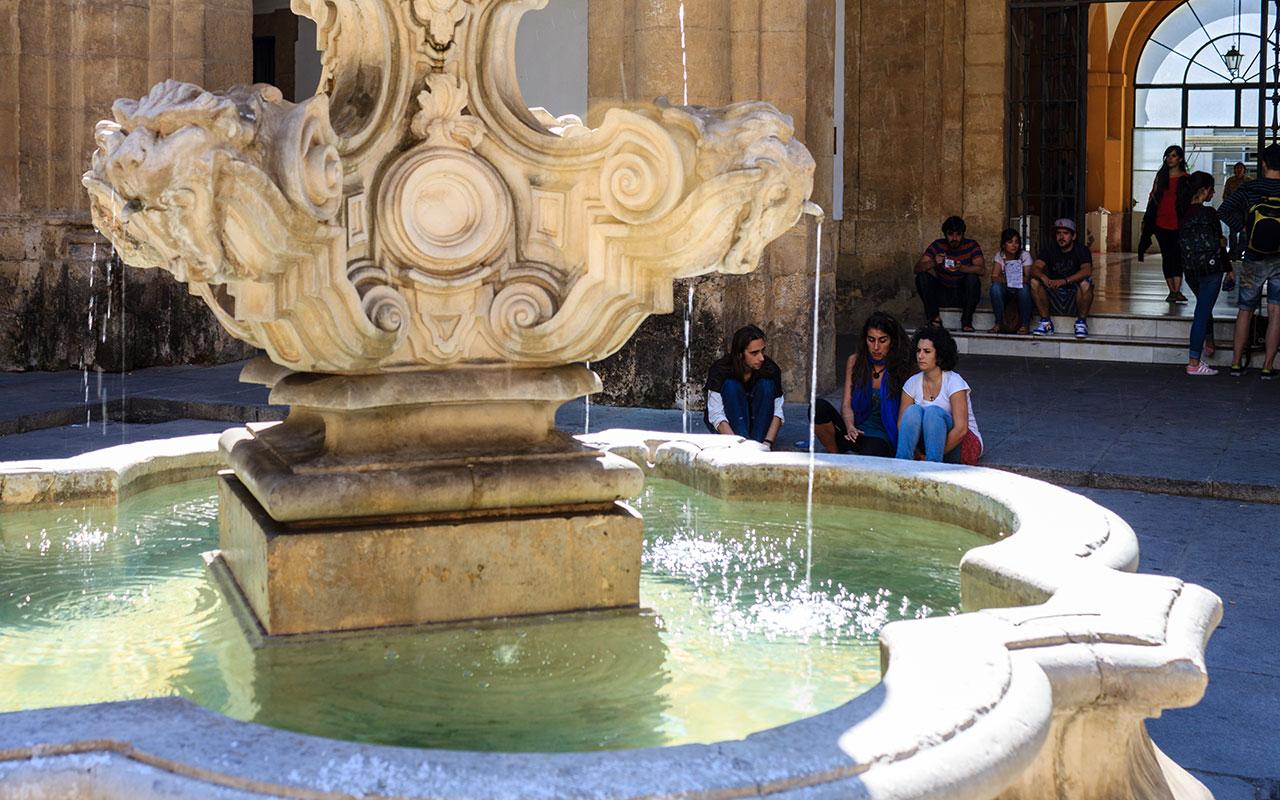La pausa universitaria. Sevilla, 2013 ©Flivillegas