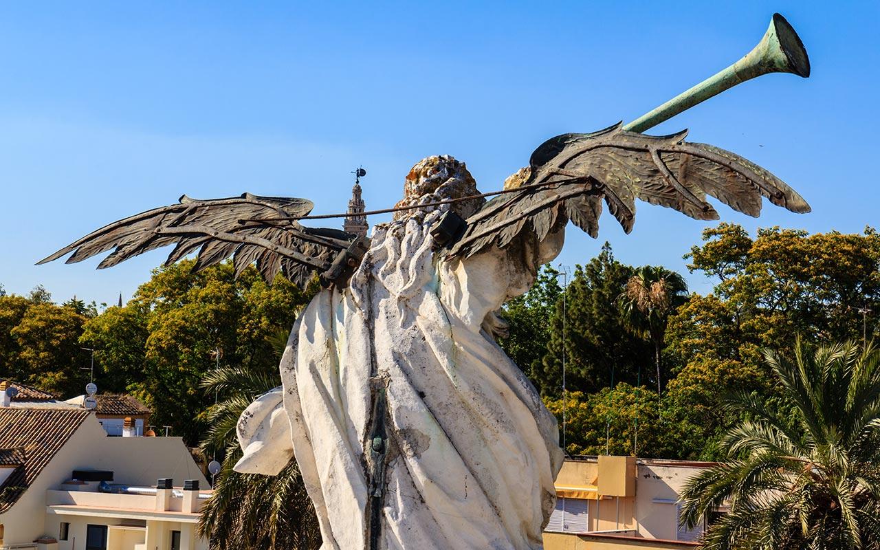 Giralda desde la escultura de la Fama de la Fábrica de Tabacos de la Universidad de Sevilla