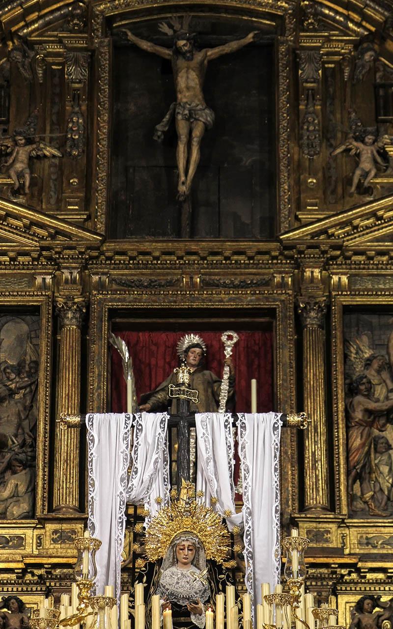 Paso de la Virgen de la Soledad en el Altar Mayor