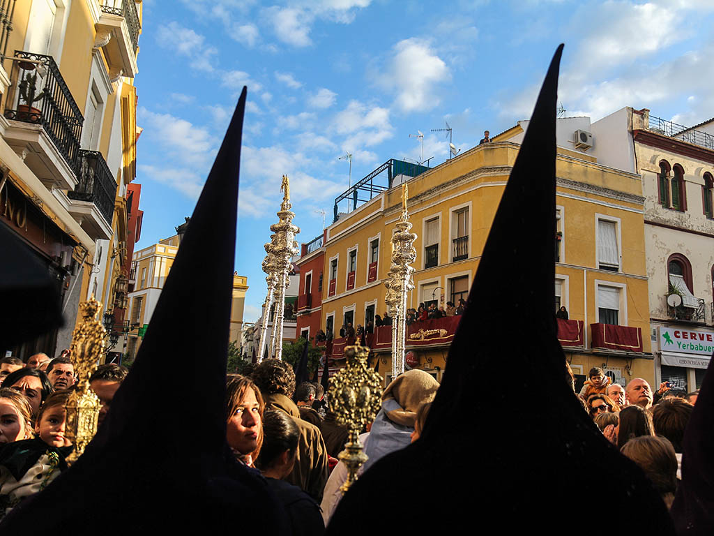 Bulla ante el paso del Cristo de la Sentencia en la calle Feria