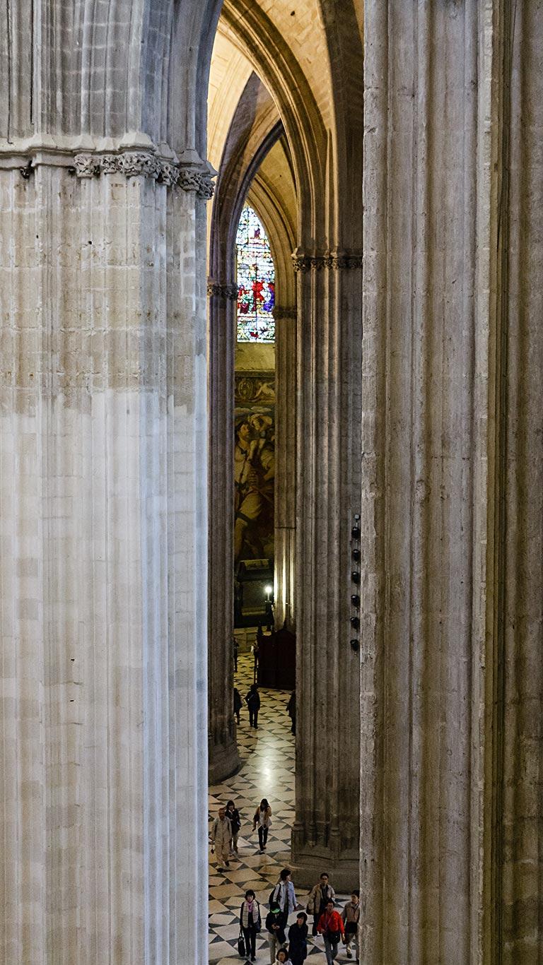 San Cristóbal entre visitantes y ojivas. Catedral de Sevilla, 2012 ©Flivillegas