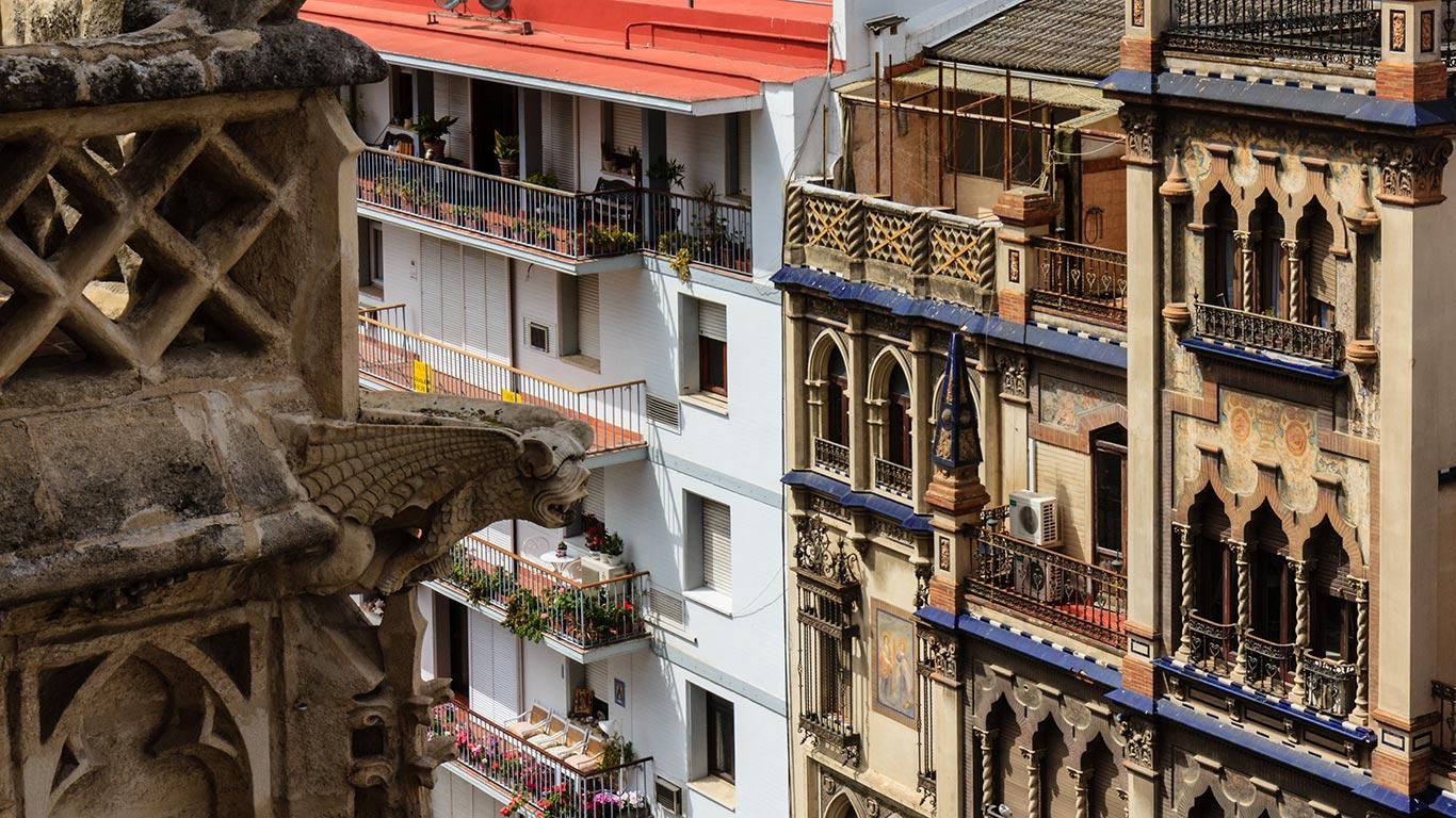 Detalle de los edificios de la Avenida de la Constitución desde las cubiertas de la Catedral