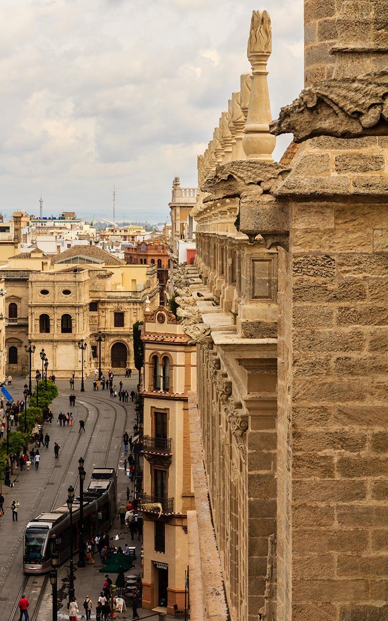 Pináculos, gárgolas y un tranvía. Catedral de Sevilla, 2012 ©Flivillegas