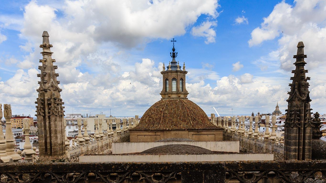 Panorámica de las cubiertas de la Catedral con el Puente del Alamillo al fondo