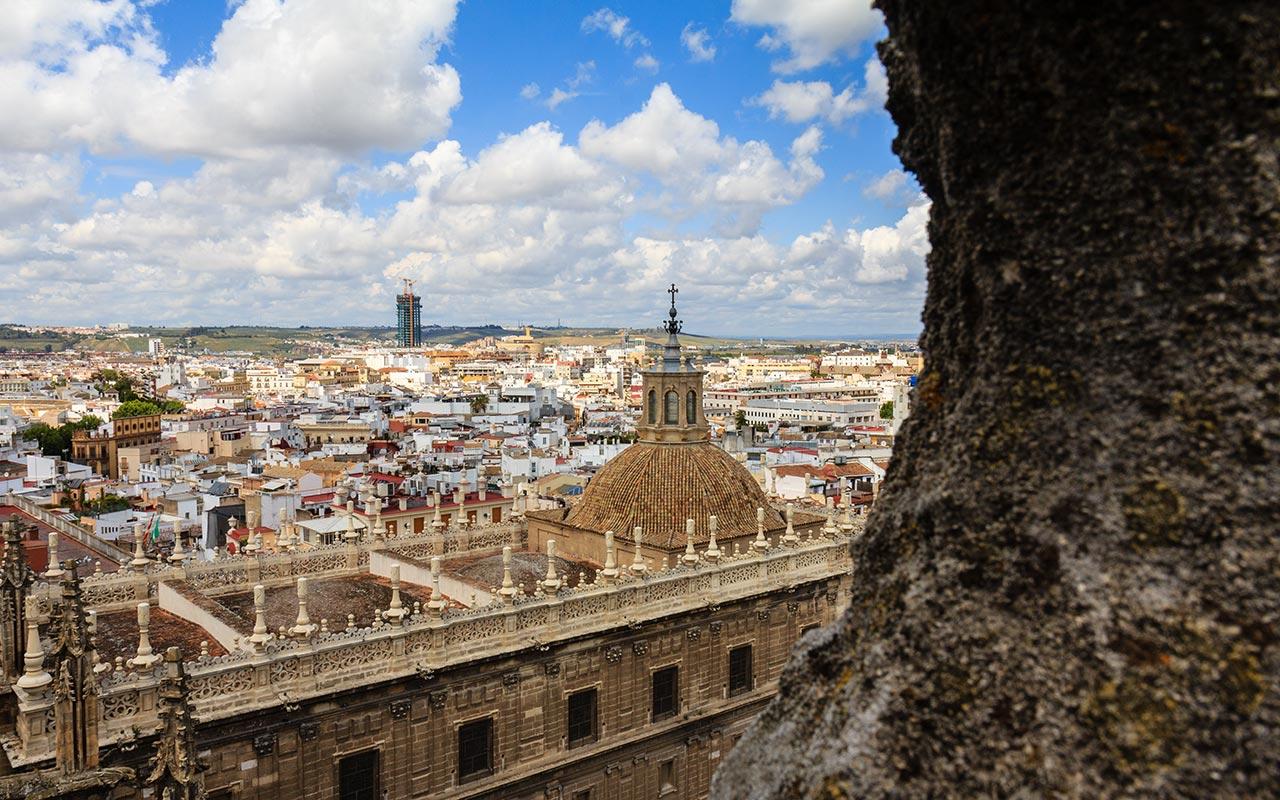 Cubiertas de la Catedral con la Torre Pelli o Torre Cajasol al fondo