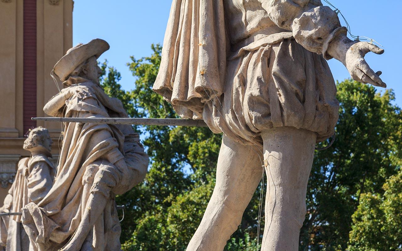 Detalle de las esculturas del palacio