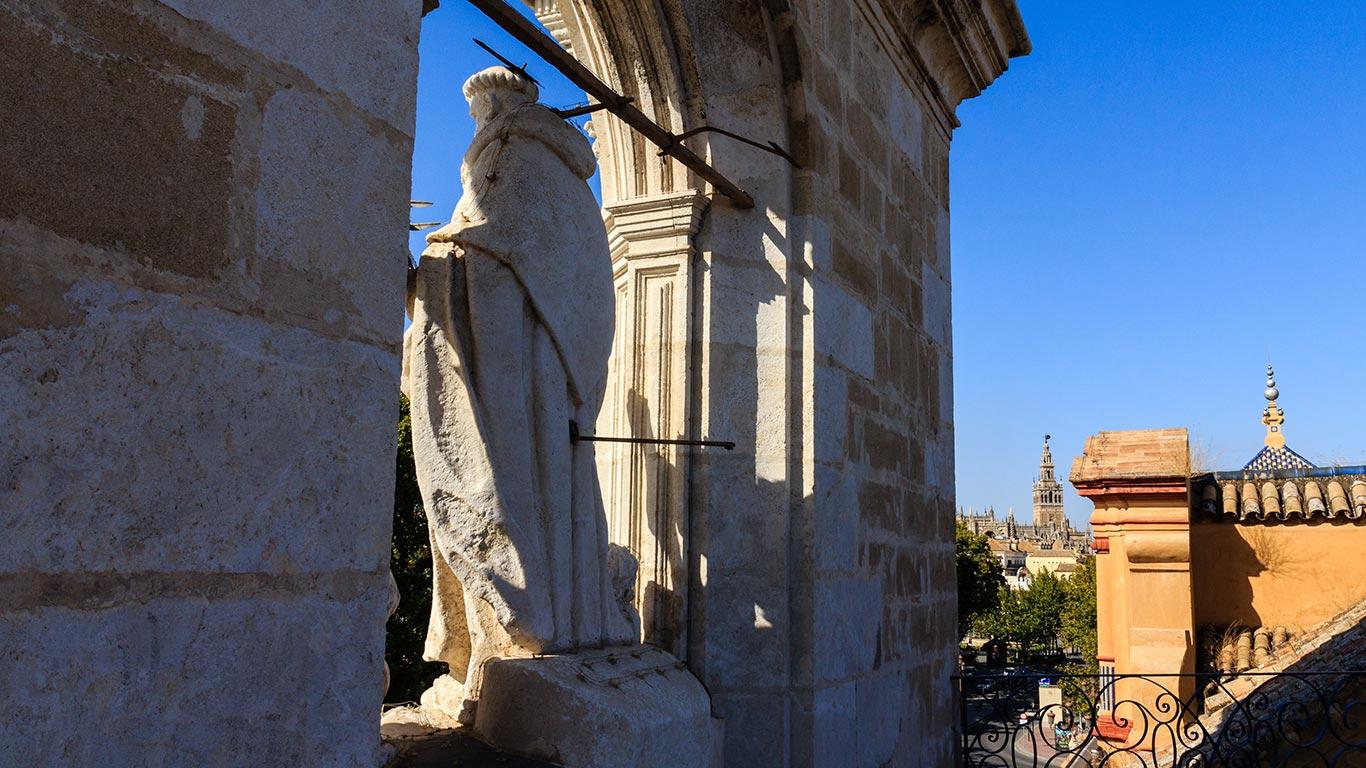Escultura del santo que preside el palacio