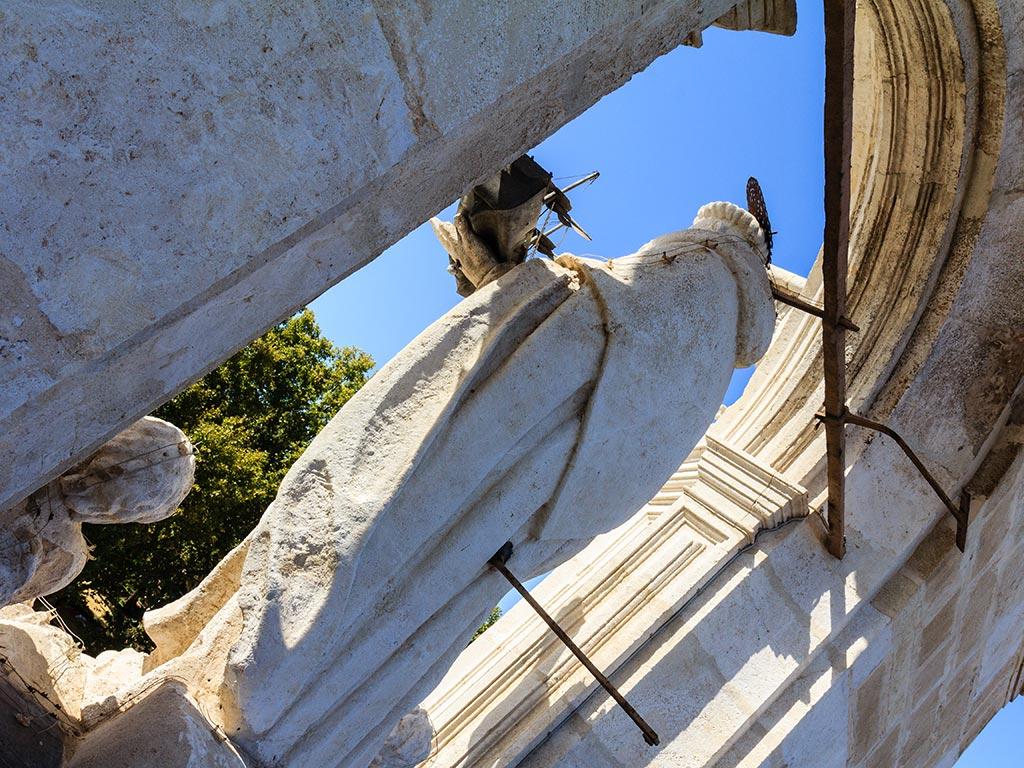 Escultura de San Telmo en el palacio
