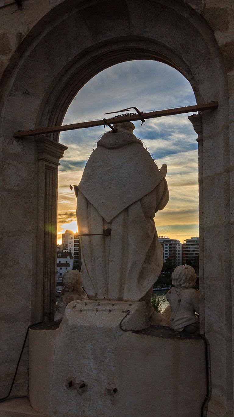 Escultura del santo al atardecer