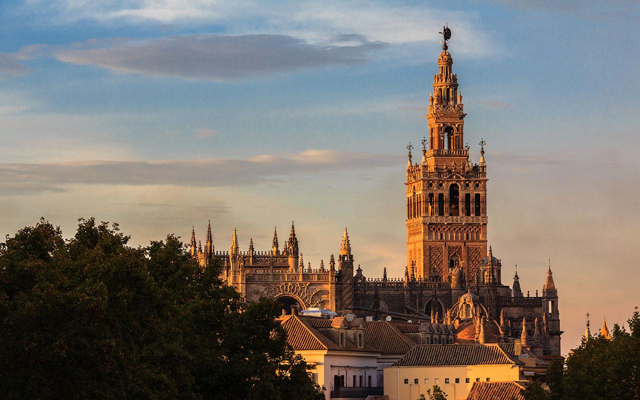 Giralda con nube-ovni. Sevilla, 2014 ©Flivillegas