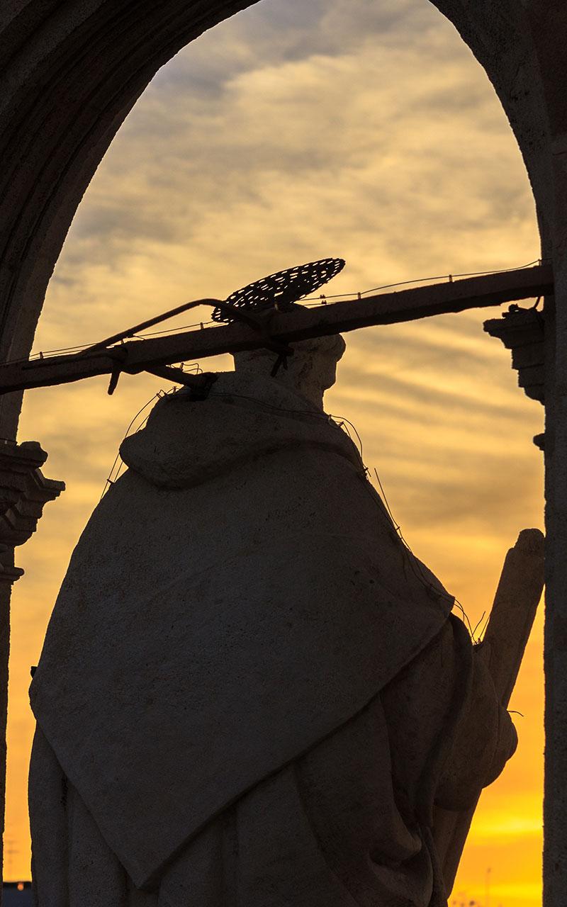 Escultura de San Telmo al atardecer