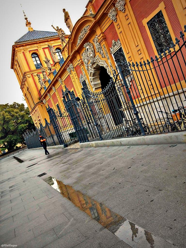Esculturas de San Telmo reflejadas en un charco