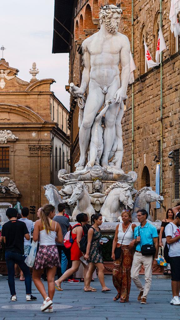 Un gigante entre turistas. Florencia, 2015 ©Flivillegas
