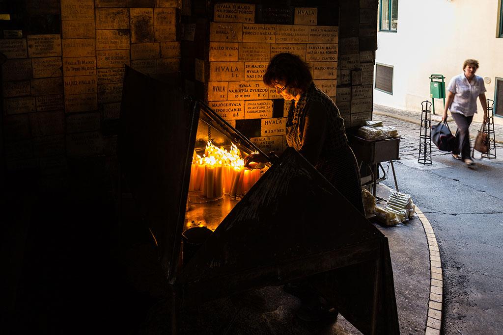 Ofrendas en la Puerta de Piedra. Zagreb, 2012 ©Flivillegas