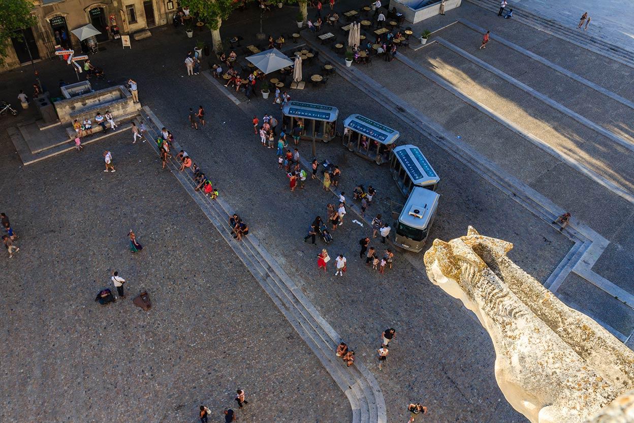Gárgola con turistas. Avignon, 2013 ©Flivillegas